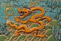 Parete delle mattonelle con il drago cinese Immagini Stock Libere da Diritti