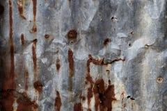 Parete dello zinco sul vecchio e sulla decomposizione Fotografia Stock Libera da Diritti