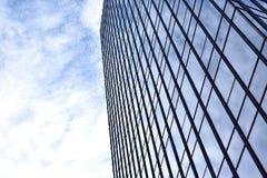 Parete di alta costruzione moderna del centro di affari che riflette il cielo nuvoloso Fotografia Stock Libera da Diritti