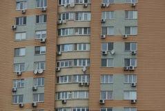 Parete di Brown di grande casa con le finestre ed i balconi Fotografia Stock