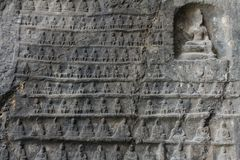 Parete di Buddhas miniatura scolpita in pietra Fotografie Stock Libere da Diritti