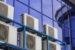 Parete di grande edificio per uffici con le finestre ed il condizionamento d'aria blu immagini stock libere da diritti