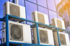 Parete di grande edificio per uffici con le finestre ed il condizionamento d'aria blu fotografia stock libera da diritti