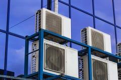 Parete di grande edificio per uffici con le finestre ed il condizionamento d'aria blu fotografia stock