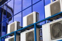 Parete di grande edificio per uffici con le finestre ed il condizionamento d'aria blu fotografie stock libere da diritti
