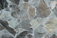 Parete di grandi pietre tenute insieme da cemento immagine stock
