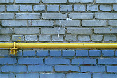 Parete di Grey Bricks con tubo fotografia stock libera da diritti