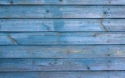 Parete di legno blu-chiaro della casa con la pittura della sbucciatura, struttura Fotografia Stock Libera da Diritti