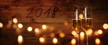 Parete di legno con 2018 e champagne Fotografia Stock Libera da Diritti