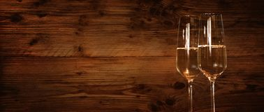 Parete di legno con i vetri del champagne Immagini Stock