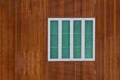 Parete di legno con la struttura della finestra bianca Immagine Stock