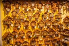 Parete di legno d'annata degli orologi di cuculo, Triberg immagine stock libera da diritti