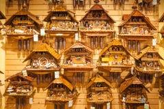 Parete di legno d'annata degli orologi di cuculo, Triberg immagine stock