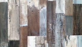 Parete di legno decorativa e variopinta d'annata immagini stock