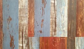 Parete di legno decorativa e variopinta d'annata immagine stock