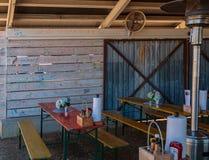 Parete di legno del pannello al ristorante coperto nei graffiti variopinti fotografia stock libera da diritti