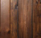 parete di legno dell'acero marrone intenso con le assicelle del verticle dalla Sicilia fotografie stock libere da diritti