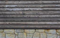 Parete di legno della casa della montagna fotografie stock libere da diritti