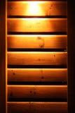 Parete di legno di Lit su una cabina Fotografie Stock