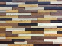 Parete di legno fatta da multi colore marrone dell'ombra Fotografia Stock