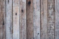 Parete di legno marrone stagionata per uso come modello del fondo Fotografia Stock Libera da Diritti