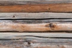 Parete di legno, piegata dai vecchi ceppi, fondo, struttura fotografie stock