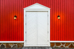 Parete di legno rossa e porte bianche con due lampade Fotografia Stock Libera da Diritti