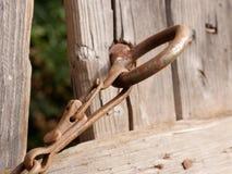 Parete di legno sbiadita su un vecchio granaio rurale decomposto con una serratura di porta arrugginita Immagini Stock