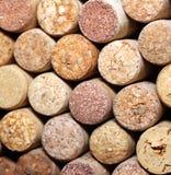 Parete di molti sugheri differenti del vino Primo piano dei sugheri del vino Chiuda su del vino del sughero Fotografie Stock Libere da Diritti