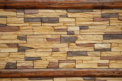 Parete di muratura di pietra fra le barre di legno arrugginite fotografie stock