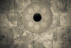 Parete di nuovi mattoni grigi con la decorazione rotonda del metallo Cenni storici urbani Fotografie Stock Libere da Diritti