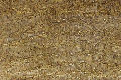 Parete di piccoli piatti di oro Immagine Stock