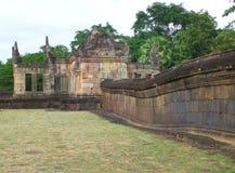Parete di pietra antica e la entrata di Gopura di Prasat Hin Muang Tam Shrine Complex, Tailandia fotografia stock