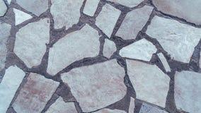 Parete di pietra bianca dell'estratto sulla via immagini stock