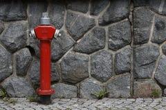 Parete di pietra con l'idrante Fotografia Stock