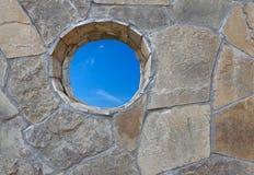 Parete di pietra con un foro rotondo Fotografie Stock