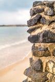 Parete di pietra dal lato della spiaggia Fotografia Stock Libera da Diritti