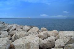 Parete di pietra dei confini blu del mare, della terra e del mare, il faro Immagini Stock