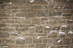 Parete di pietra del calcare di Snowy con il mortaio nell'inverno Immagini Stock Libere da Diritti