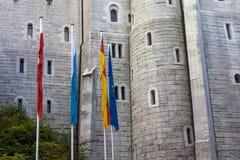parete di pietra del castello e delle bandiere del Neuschwanstein immagini stock