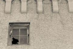 Parete di pietra della finestra rotta Fotografia Stock