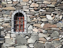 Parete di pietra della fortezza con la finestra Fotografia Stock Libera da Diritti