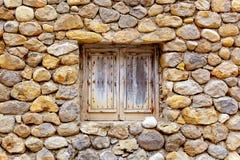 Parete di pietra della massoneria con la finestra di legno del grunge Fotografie Stock Libere da Diritti