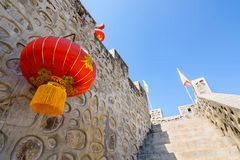 Parete di pietra di stile cinese e lanterna di carta rossa Fotografia Stock Libera da Diritti