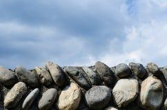Parete di pietra e cielo antichi immagine stock libera da diritti
