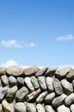 Parete di pietra e cielo antichi in un castello in Italia fotografia stock libera da diritti
