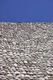 Parete di pietra e cielo blu Fotografia Stock