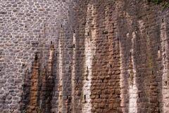 Parete di pietra macchiata rustica Fotografie Stock Libere da Diritti