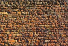 Parete di pietra massiccia con marrone, arancia, colori gialli fotografie stock libere da diritti