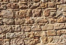 Parete di pietra medievale di vecchia costruzione nel giorno soleggiato Fotografie Stock